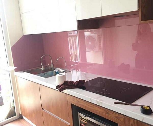 Mẫu kính ốp bếp màu hồng