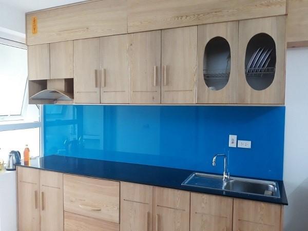 Mẫu kính ốp bếp màu xanh dương