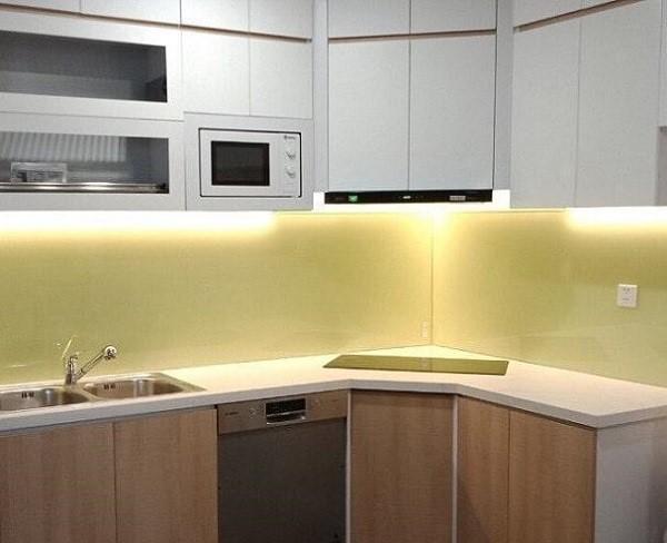 Mẫu kính ốp bếp màu vàng sữa