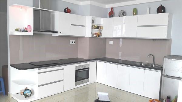 Mẫu kính ốp bếp màu tím nhạt
