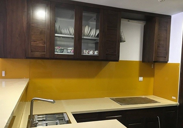 Mẫu kính ốp bếp màu vàng thư cao cấp