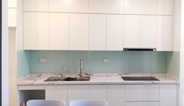 Kính ốp bếp trắng xanh