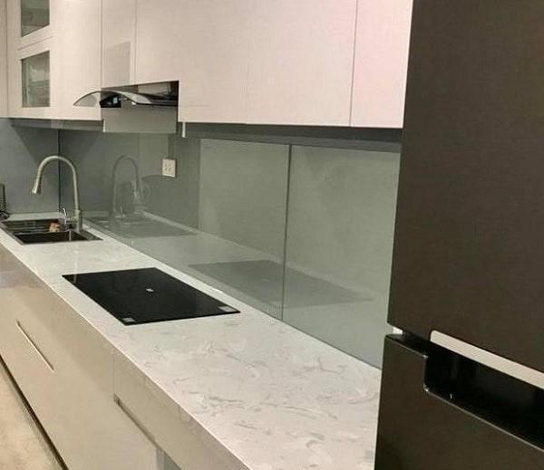 Mẫu kính ốp bếp màu nhũ ánh bạc