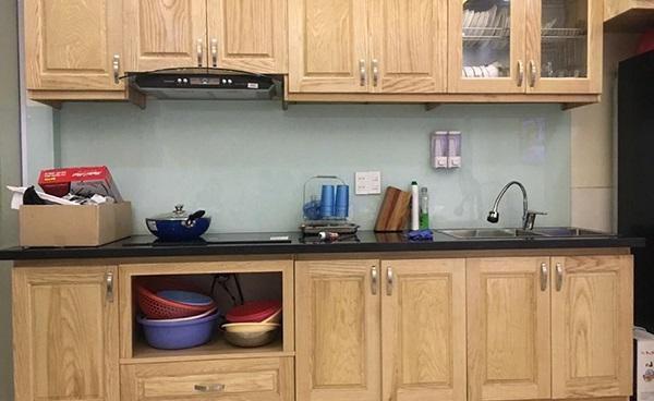Mẫu kính ốp bếp màu trắng sữa
