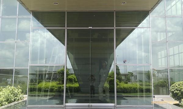 Mẫu cửa kính cường lực mặt dựng của tòa nhà