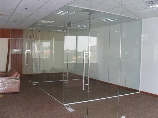 Mẫu cửa kính cường lực vách ngăn phòng công ty