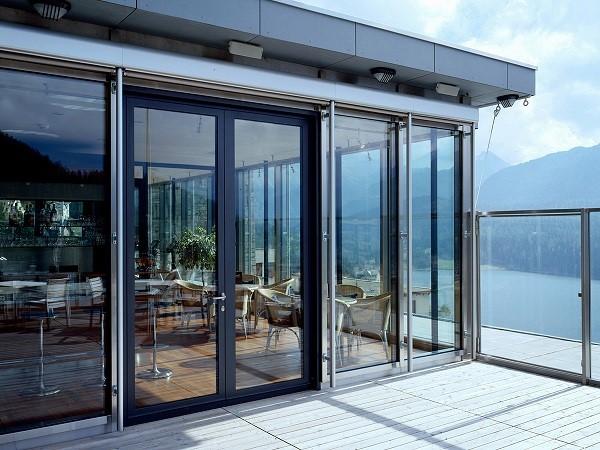 Mẫu cửa kính cường lực sử dụng cho quán cafe gần biển