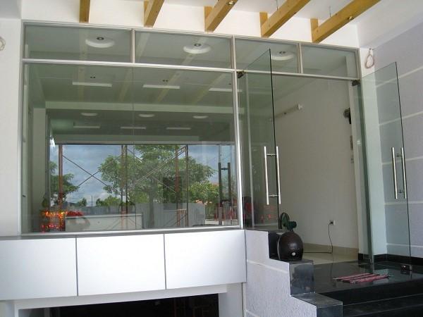 Mẫu cửa kính cường lực tại cửa ra vào của cửa hàng