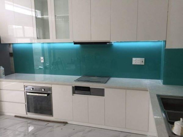 Kính ốp bếp xanh ngọc với sắc màu đậm