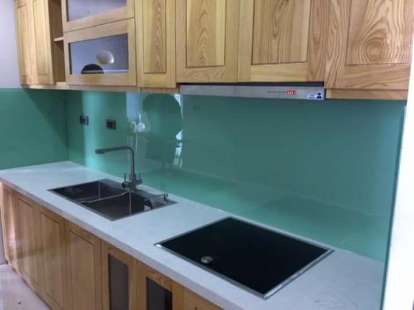Kính ốp bếp xanh ngọc cùng họa tiết vân gỗ