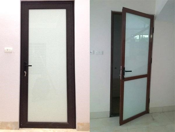 Mẫu cửa nhà tắm, nhà vệ sinh nhôm kính màu nâu và màu vân gỗ