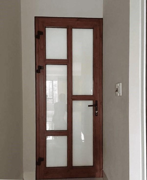 Mẫu cửa nhôm kính Xingfa nhà vệ sinh sơn giả gỗ