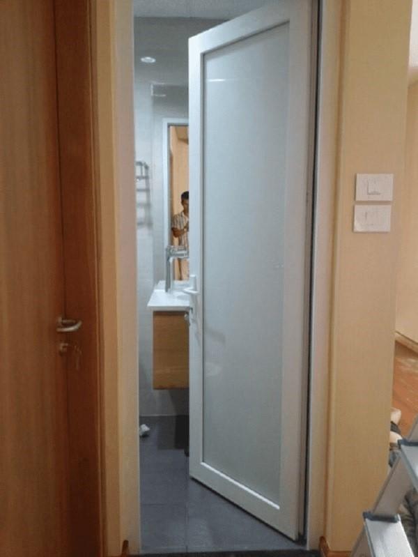 Mẫu nhà vệ sinh nhôm kính có kính nhúng axit mờ hai mặt cho WC