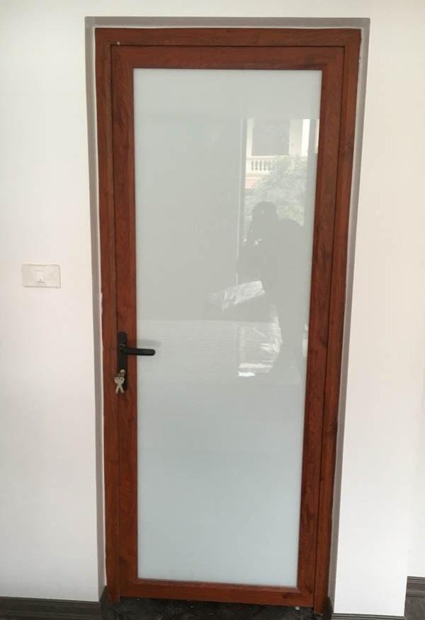 Mẫu cửa nhà WC vân gỗ 1 cánh kính